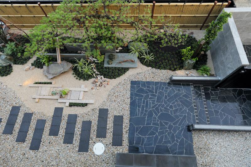 2階のベランダから見下ろしたお庭とアプローチ