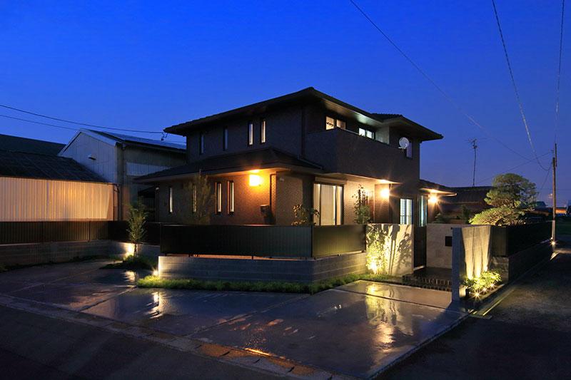 家の雰囲気とマッチした高級感のあるクローズド外構